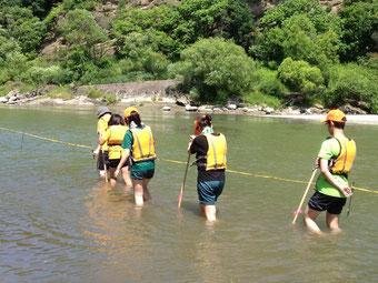水中歩行訓練~長靴と運動靴両方を試し、運動靴の方が歩きやすいことを体験を通して知ります