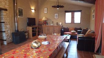 Salon, canapé, télé, poêle colonial
