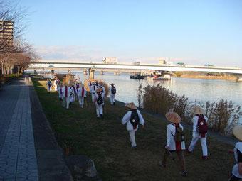 瀬田川岸を三井寺へ急ぐ