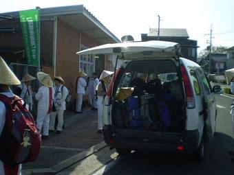 JR玉水駅で準備中の伴走車(撮影 國澤さん)