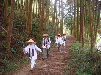 壺阪寺への山道。出立の遅れを取り戻すべく急ぐ