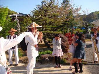 得生寺で子供たちと一時の交流