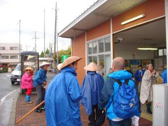 小雨のJR玉水駅に到着