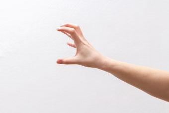 手指全体のこわばりや硬さ