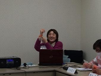 サポーターの証、「オレンジ・リング」を付けて、養成講座は終了