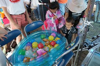 子どもたちに大盛況の『ヨーヨー釣り』