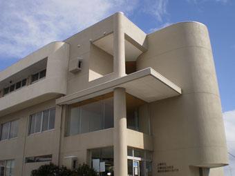 会場となった大潟地区公民館。ほんの一瞬だけ、青空が見えました
