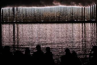 川面に映る「ナイヤガラの滝」