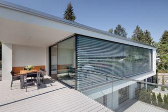 Persiana de aluminio para exterior la cual ayuda a controlar la iluminacion, permite espacios mas grandes bien iluminados,