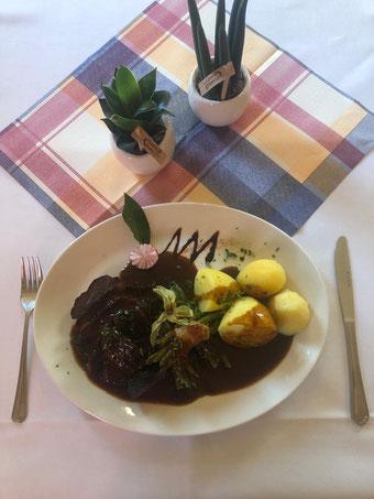 Geschmorte Ochsenbäckchen, Bohnenbündchen und Salzkartoffeln