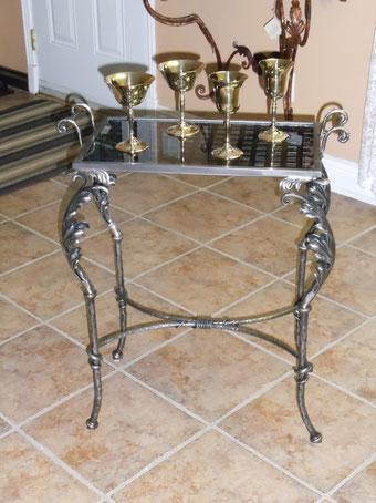 Une dès dernière création de M. Richard Pouliot!  Cette table est disponible en acier brossé, laiton antique et le cabaret est amovible