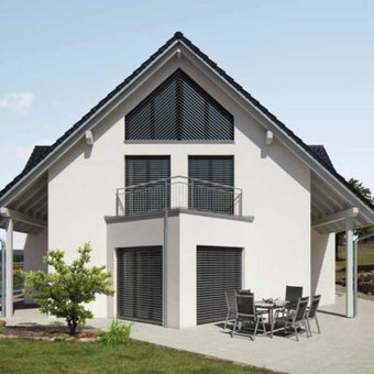 Modernes Wohnhaus mit WAREMA Schräg-Außenjalousie