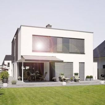 Modernes Wohnhaus mit WAREMA Neubau-Aufsetz-Außenjalousie