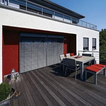 Modernes Wohnhaus mit WAREMA Freitragende-Außenjalousie