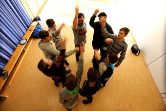 Gemeinschaft in der Jungengruppe bei der Gewaltprävention