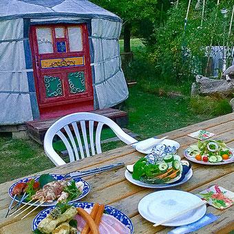 オータニ モンゴルの里のお庭でモンゴル式バーベキューを用意しています。