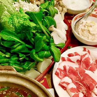 オータニ モンゴルの里のゲルの中で食べるモンゴル式しゃぶしゃぶ。