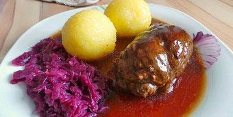 Thüringer Roulade mit Klößen und Rotkraut