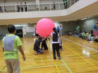 キンボール(大玉を3チーム対戦でいかに床に落とさないかを競う)