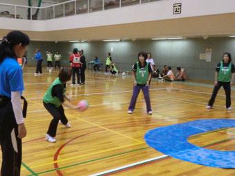 BCB(3人一組で他の1組と対戦。円形のなかでワンバウンドして相手に投げ込む)