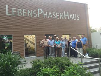Vor dem Lebensphasenhaus Tübingen - Besuch des Stadtseniorenrats Biberach und der Caritas Wohnberaterinnen am 2.6.2017