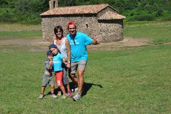 Un estiu més, la família Tapias-Monte al complert, d'excursió al cràter del volcà Santa Margarita a Olot!