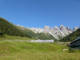 Kemater Alm mit Kalkkögele - in Tirol (Foto © Renate Fachinger)