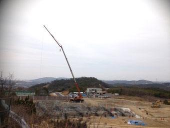 昭和クレーン 25tラフターで基礎部分の工事中です!