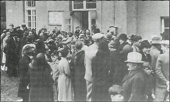 Am 15.Februar richtet Kaplan Veith im Gemeindebau Rosa Luxemburggasse 5 eine Kapelle ein.