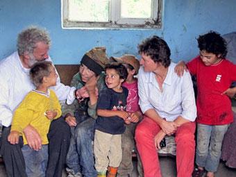 Nach der Wende 1989 sind viele Roma Familien aus Siebenbürgen in Rumänien ausgewandert. Viele von ihnen wohnen noch immer in Slums. Pater Georg Sporschill vom Projekt Elijah hilft diesen Familien.