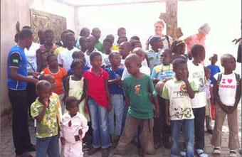 Die 40 Kinder brauchen dringend Nahrungsmittel, Medikamente, eine Krankenversicherung und Geld für Türen und Fenster