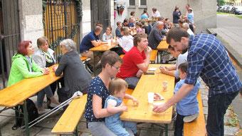 Nach der Dankmesse waren auf dem Platz vor der Kirche Tische aufgestellt und es gab Würstel, kalte Getränke, Mehlspeisen und Kaffee.