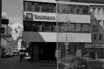 B-CONNECT Büro in Köln von Außen, abends, beleuchtet