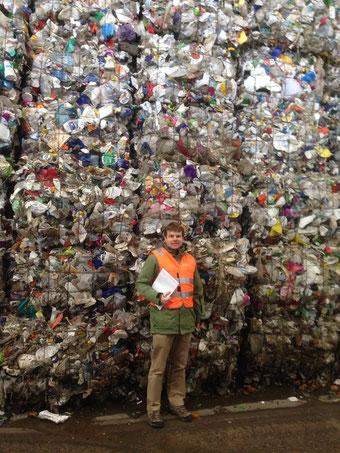 Atlant Bieri bei der Recherche vor einem Berg alter Plastikflaschen.