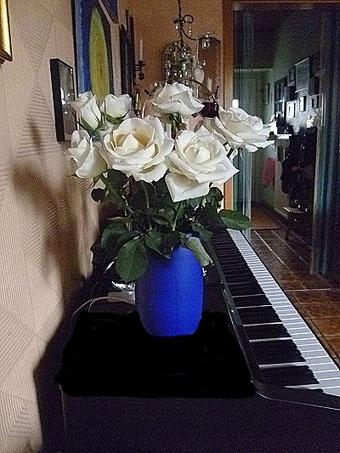 Blaue Vase am Klavier