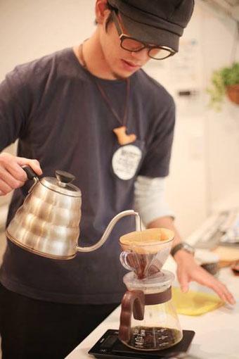 コーヒーの世界に入り、自分自身で感じたコーヒーの魅力をたくさんの人に知ってもらえるよう、技術の習得、お店の運営について学びました。 現在は、伝えたい想いをイベント出店や講座を通し、時には被災地へコーヒーを届けるなど、今、自分に出来ることを信念に活動しています。