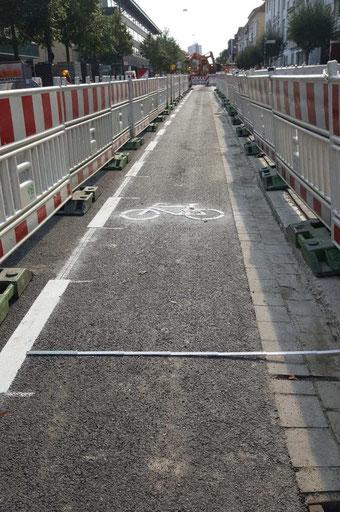 vorher: neuer Fahrradstreifen zu schmal....