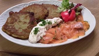 Kartoffelpuffer mit hausgebeiztem Lachs bei Goldener Engel Seckenheim