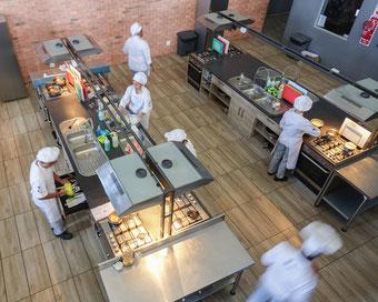 In der Silverspoon-Akademie lernen die Teilnehmer alle wichtigen Grundlagen der Gastronomie.