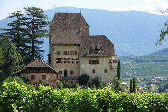 Der Weg ist das Ziel. Wunderschöne Burg in den Bergen.