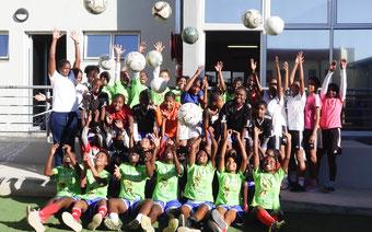 Anna-Marie (links) im NFA-Zentrum in Windhoek mit weiteren Teilnehmerinnen des Fußball-Projektes