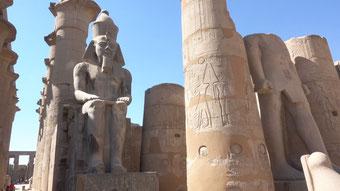 Unzählige Statuen, Pylonen. Die Anlage ist riesig.