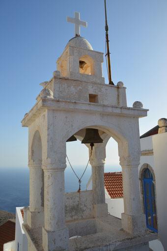 Der Glockenturm am pittoresken Dorfplatz in Nikia