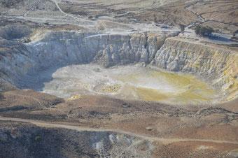 Atemberaubend: Der Blick auf den Vulkankrater vom Bergdörfchen Nikia. Die klitzekleinen Punkte im Krater sind Menschen....