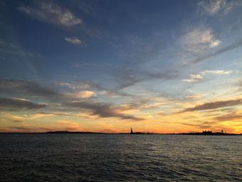 Die Freiheitsstatue vom Pier A gesehen.