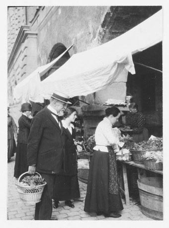 Carl Spitteler auf dem Wochenmarkt in Luzern - begleitet von Griti Sachs.  Bild: Spitteler Nachlass,  SLA Bern