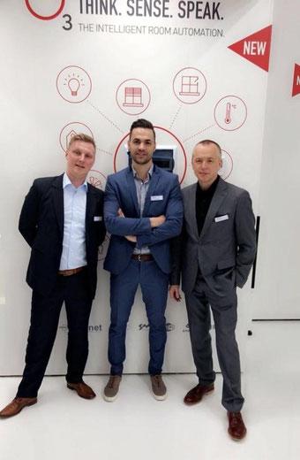 3 Personen vor einer weißen Wand. Marco Weyer (Vertriebsleiter bei Delta Controls), Christian Pichl (CEO Buildtelligent), Dusko Lukanic (Geschäftsführer Delta Controls Germany)