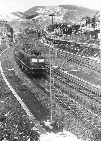 Anfang 1965 ist E40 1164 vom Bw Hagen-Eck auf Probefahrt in Altenhundem