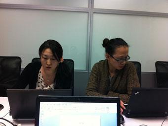 中国人同僚と一緒に。会議中の一枚。