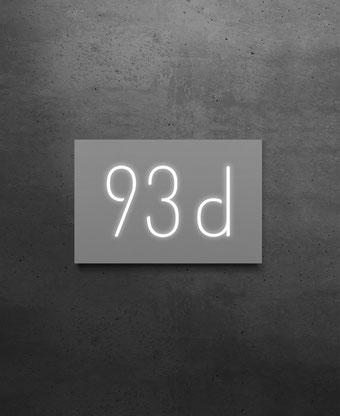 Beleuchtete Hausnummer 93d, Nachtansicht
